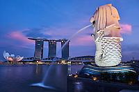 Singapour, Marina Bay, le quartier financier, parc Merlion, statue du Merlion, embleme de la ville // Singapore, Marina Bay, city center, financial district with its skylines, Merlion parc, emblem of the city