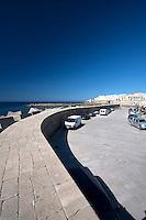 Vista del molo e dell'uscita del porto di Gallipoli (LE). Sullo sfondo la città vecchia.