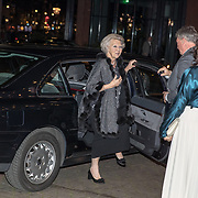 NLD/Amsterdam/20191114 - Prinses Beatrix en Prinses Margriet bij jubileum Dansersfonds, Aankomst Prinses Beatrix