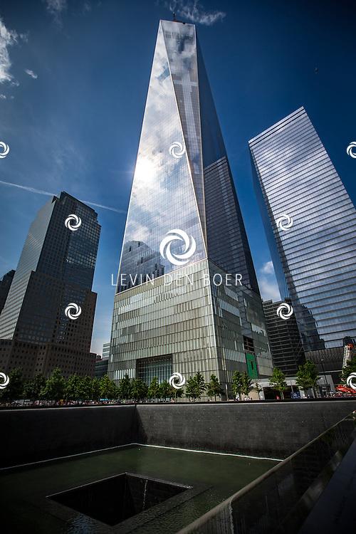 NEW YORK - Het National September 11 Memorial & Museum (Reflecting Absence) is een monument voor de slachtoffers van de terroristische aanslagen op 11 september 2001 in de Amerikaanse stad New York. Het is ontworpen door Michael Arad en werd gebouwd op de plaats waar voorheen de Twin Towers stonden, naast de in november 2013 geopende wolkenkrabber One World Trade Center. FOTO LEVIN & PAULA PHOTOGRAPHY VOF