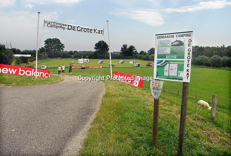 Nederland, Ooij, 15-7-2007<br /> Op verschillende plaatsen rond Nijmegen zijn in de vierdaagseweek tijdelijke campings ingericht. Deze in een wei aan de dijk in de Ooijpolder is er voor de eerste keer. Lokale economie,ekonomie.<br /> Foto: Flip Franssen