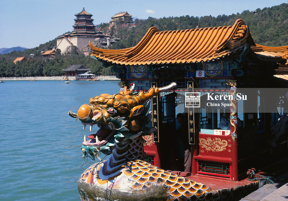 Dragon boat on Kunming Lake, Foxiang Ge (Chamber of Buddhist Fragrance) standing on Longevity Hill at back, Summer Palace, Beijing, China
