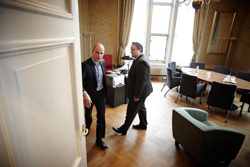 Nederland. Den Haag, 26 april 2012. <br /> VVD, CDA, D66, GroenLinks en ChristenUnie zijn met het kabinet een principe-akkoord overeengekomen over de begroting van volgend jaar.<br /> Men is als Tweede Kamer uit de impasse gekomen om voor mei een begroting voor 2013 op te stellen na de val van het kabinet Rutte van VVD, CDA en met gedoogsteun van de PVV van Geert Wilders. Crisisakkoord na mislukken ook van Catshuisberaad. 3% Financieringstekort.<br /> Het kabinet en de regeringspartijen VVD en CDA hebben in twee politiek gezien krankzinnige dagen met de oppositiepartijen D66, GroenLinks en de ChristenUnie een akkoord gesloten over bezuinigingen en hervormingen in 2013. Minister Jan Kees de Jager van Financi&euml;n koppelde als verkenner de vijf partijen aan elkaar en kreeg in nog geen 30 uur voor elkaar waar VVD en CDA met gedoogpartij PVV in 7 weken overleg in het Catshuis niet in waren geslaagd. Politiek, kabinet Rutte, kabinetscrisis, Catshuisonderhandelingen, Tweede Kamer, <br /> Foto : Martijn Beekman