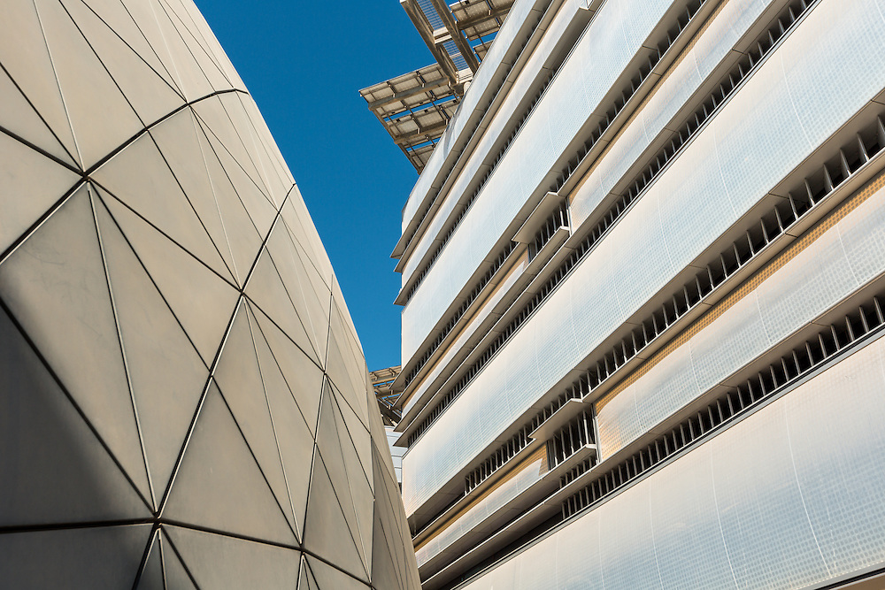 ABU DHABI, EMIRATS ARABES UNIS - 20 JANVIER 2016: Le design urbain contribue a réduire l'impact environnemental de la ville. Les surfaces vitrées représentent moins de 40% des façades.