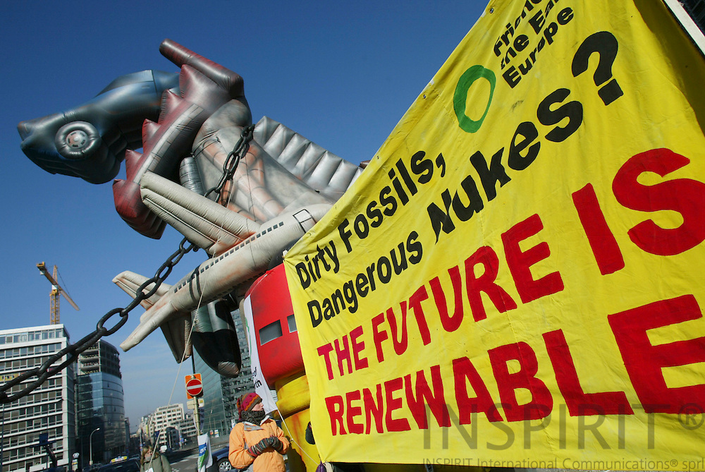BRUSSELS - BELGIUM - 14 MARCH 2006 -- Friends of the Earth Europe made a menifestation on Energy with banners and an inflatable dinosaur near the entrance of the European Commission building, while EU energy ministers discuss a new energy policy for Europe. PHOTO: ERIK LUNTANG /