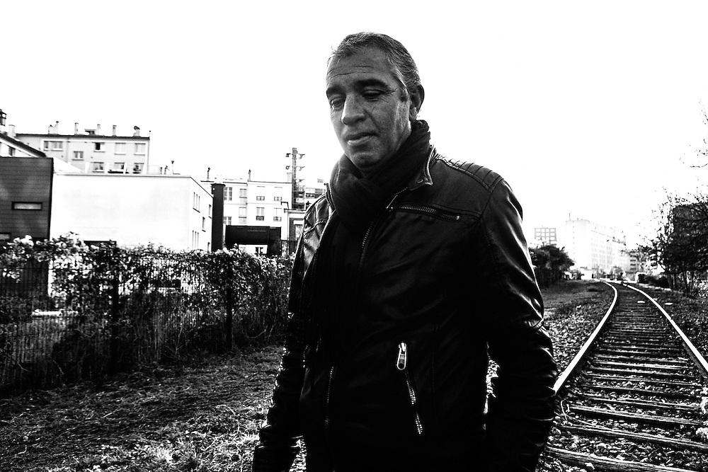 João promène régulièrement son chien le long des rails, près de la Porte de Clichy.