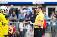 BILTHOVEN - hoofdklasse competitie heren SCHC-Pinoke.(1-4).   scheidsrechter Daniel Veerman  met Keeper Derek van Essen (Pinoke) .  COPYRIGHT KOEN SUYK