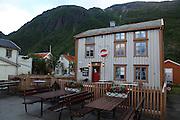 Norway. Norge Sjøgato er Mosjøens gamle bydel som ovelevde med et nødskrik. Sterke krefter ville rive og modernisere byen, men i dag er strøket en turistmagnet med en rekke sjarmerende serveringssteder, små butikker og gallerier. <br /> Sjøgata består av bevarte bygninger fra 1800-talletet. Bygningene og elva Vefsna, kombinert med det 818 m høye Øyfjellet ragende over, gir en egen atmosfære.