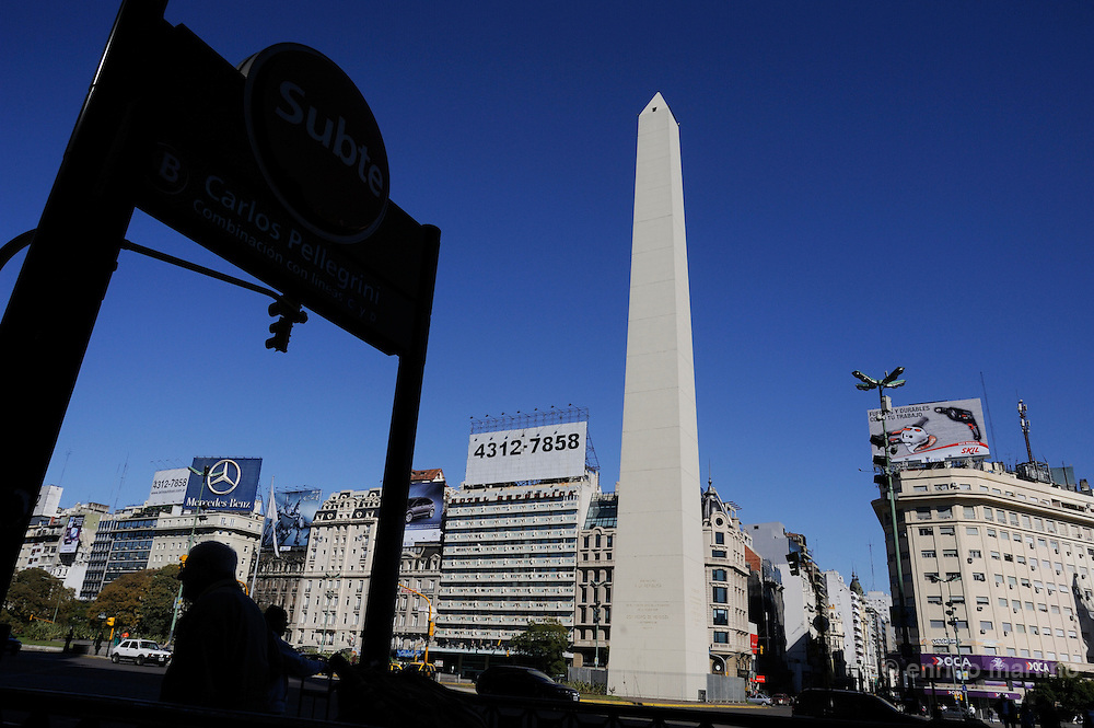 Independence monument in Av 9 de Julio.