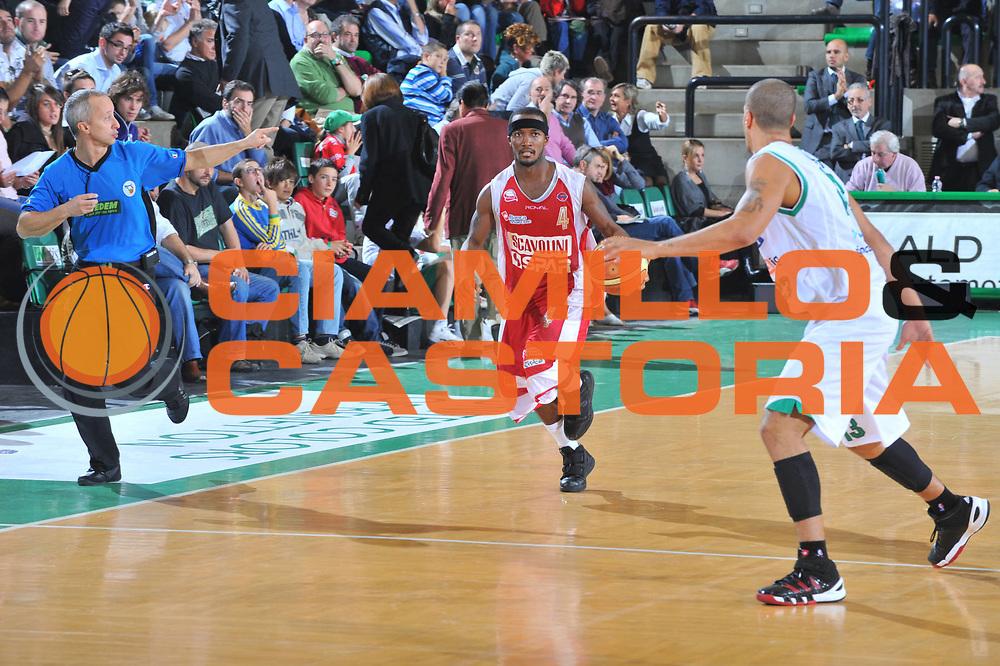 DESCRIZIONE : Treviso Lega A 2009-10 Benetton Treviso Scavolini Spar Pesaro<br /> GIOCATORE : Marques Green<br /> SQUADRA : Scavolini Spar Pesaro<br /> EVENTO : Campionato Lega A 2009-2010<br /> GARA : Benetton Treviso Scavolini Spar Pesaro<br /> DATA : 25/10/2009 <br /> CATEGORIA : Palleggio<br /> SPORT : Pallacanestro <br /> AUTORE : Agenzia Ciamillo-Castoria/M.Gregolin