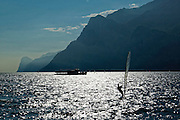 Windsurfer, Berge, Nordende des Sees bei Torbole, Gardasee, Trentino, Italien | wind surfers, mountains, north end of lake near Torbole, Lake Garda, Trentino, Italy