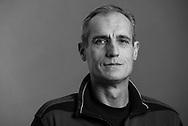 Aufstieg ins<br /> normale Leben<br /> Hristo Toshev, 53, verkauft in den Alsterarkaden in der Innenstadt. Früher war Hristo in<br /> Bulgarien FUSSBALLPROFI.<br /> Heute arbeitet<br /> er als Torwarttrainer.