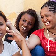 tre amiche eritree di religione  cristiana, sbarcate a Lampedusa dopo essere passata da Sudan e Libia. vogliono chiedere asilo politico alla Norvegia.