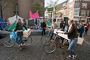 Een groep studenten vervoert in delen een bank op de fiets.<br /> <br /> Students are moving a couch per bike.