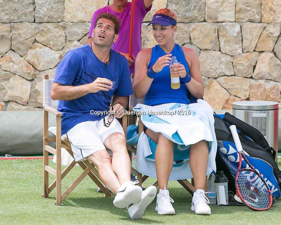 Sabine Lisicki und Trainer Salavador Navarro sitzen auf der Bank waehrend Spielpause, Besprechung,Mallorca Open 2016<br /> <br />  -  -  WTA -  Santa Ponca Tennis Club - Santa Ponsa -  - Spanien  - 14 June 2016.