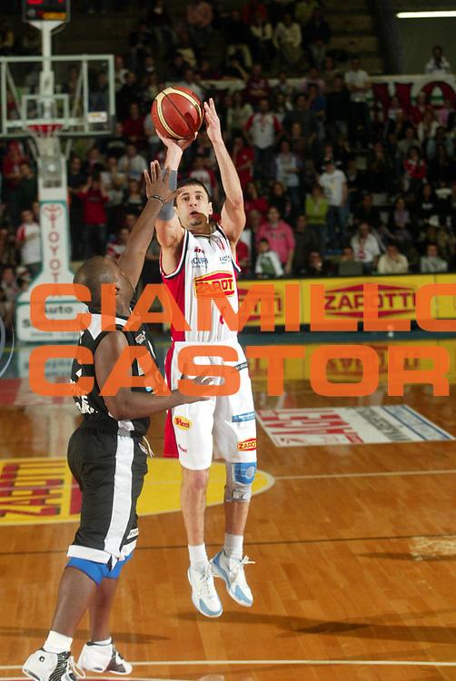 DESCRIZIONE : Faenza Lega A2 2005-06 Zarotti Imola Carife Ferrara <br /> GIOCATORE : Guerra <br /> SQUADRA : Zarotti Imola <br /> EVENTO : Campionato Lega A2 2005-2006 <br /> GARA : Zarotti Imola Carife Ferrara <br /> DATA : 12/03/2006 <br /> CATEGORIA : Tiro <br /> SPORT : Pallacanestro <br /> AUTORE : Agenzia Ciamillo-Castoria/M.Marchi <br /> Galleria : Lega Basket A2 2005-2006 <br /> Fotonotizia : Faenza Campionato Italiano Lega A2 2005-2006 Zarotti Imola Carife Ferrara <br /> Predefinita :