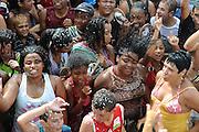 Sao Joao Del Rei_MG, 20 de fevereiro de 2012...UOL - Bloco Vamas a La Playa..O bloco Vamos a La Playa se concentra na Avenida 8 de Dezembro. o traje obrigatório são biquínis e sungas. O sol está garantido, quanto à água do mar... Essa é substituída por jatos de mangueiras jogados pelos moradores e por uma superducha diretamente do caminhão-pipa da companhia de abastecimento da cidade...Foto: EUGENIO SAVIO / UOL