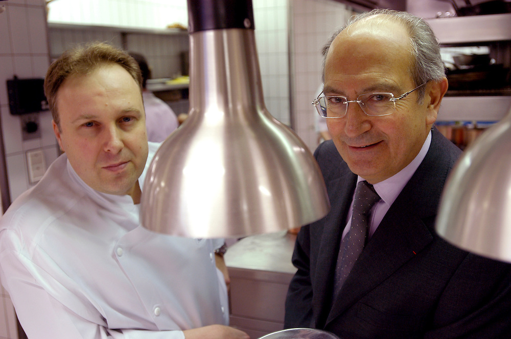 Head chef Alain Soliveres and owner Jean-Claude Vrinat in the kitchen of the Taillevent restaurant. The Taillevent restaurant at 15, rue Lamennais, Paris 8e has been awarded three stars in the prestigious Michelin guide...Paris, France. 15/04/2005..Photo © J.B. Russell