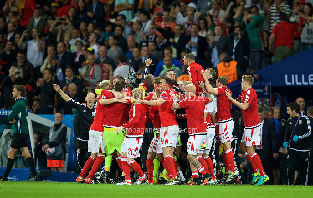 LILLE, FRANCE - Friday, July 1, 2016: Wales' players and staff celebrate after a 3-1 victory over Belgium and reaching the Semi-Final during the UEFA Euro 2016 Championship Quarter-Final match at the Stade Pierre Mauroy. (Pic by David Rawcliffe/Propaganda)