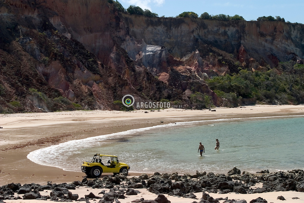 Conde, PB, Brasil. 28/Jan/2005.Praia do Coqueirinho. Automoveis Buggy passeiam nas areias da praia./ Coqueirinho beach. booggie cars riding on the beach..Foto Marcos Issa/Argosfoto