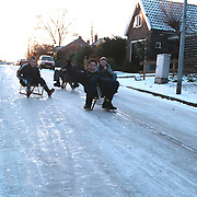 Jeugd glijd op het ijs van de Hellingstraat