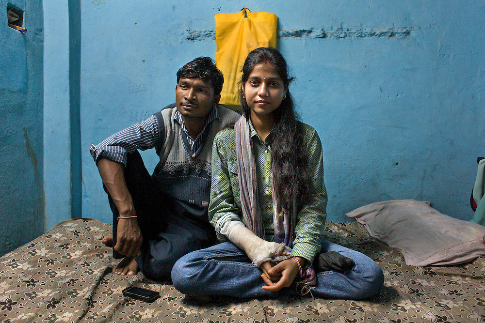 Kanika (19) and Vasu (21) are from Uttar Pradesh. Since they are from the same clan (gotra), they were not allowed to marry. When Kanika's family discovered her love affair she was imprisoned, forced to abort (she was 3 months pregnant) and sold to a 40-year-old man who wanted to marry her. The day after the wedding Kanika jumped from the balcony of the husband's house to reach Vanu in Delhi. She wounded her head, legs and arm.