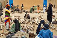 Niger. Marche du dimanche d'Ayorou sur les rives du fleuve Niger. // Niger. Sunday market at Ayorou on the Niger river bank.