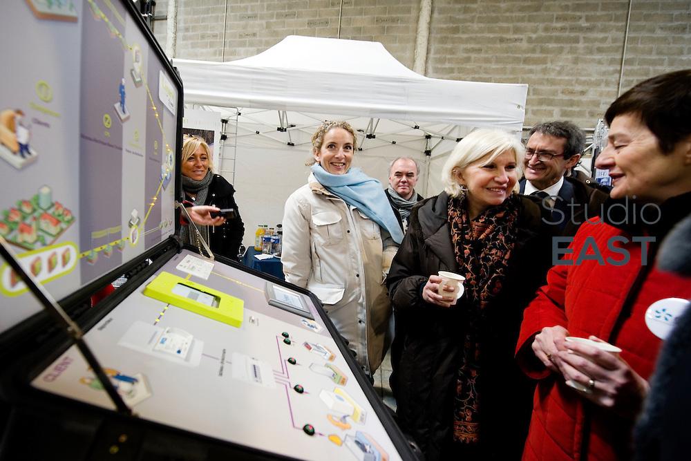 Mme Delphine Batho (gauche), devant un nouveau compteur électrique Linky, pendant la visite la plateforme Serval d'ERDF, à Gennevilliers, près de Paris, France, le 30 mars 2013. Photo : Lucas Schifres