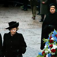 Nederland.amsterdam.4 mei 2004..Koningin Beatrix, Prins W.Alexander en prinses Maxima tijdens dodenherdenking op de Dam.