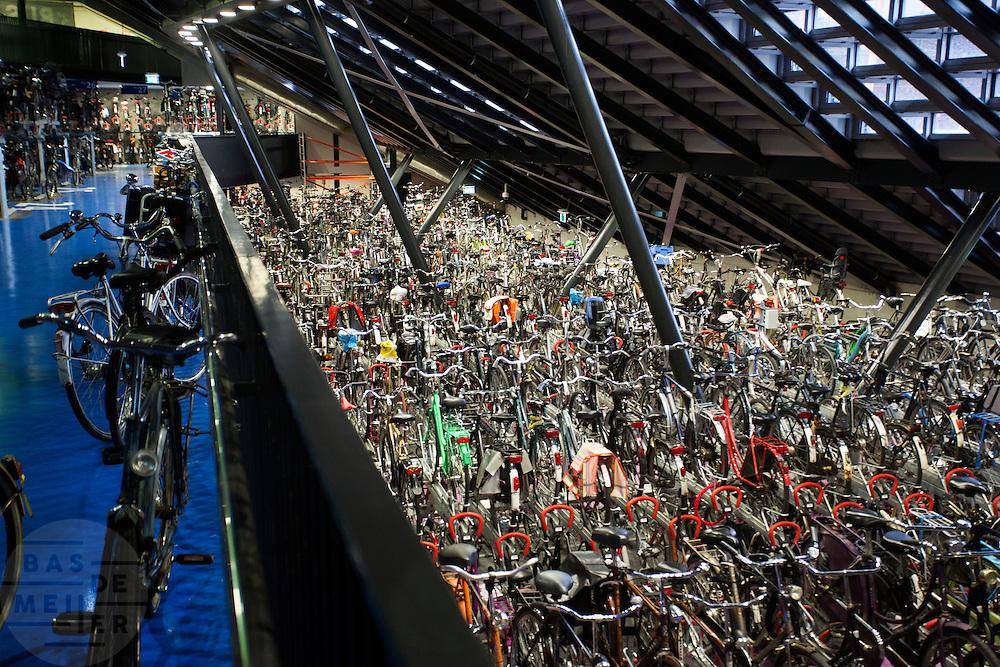In Utrecht is de fietsenstalling aan de Jaarbeurszijde bij het centraal station overvol. Er is veel ruimtegebrek om alle fietsen te stallen van de reizigers en de medewerkers van de kantoren op het stationsgebied, waaronder het Stadskantoor.<br /> <br /> The bike parking near Utrecht Central Station is overcrowded with bicycles. In Utrecht there is a big shortage of room to park the bikes.