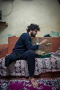 Ahmad Abu Ubaidah, 25 years, takes care of the birds he took with him from Aleppo to Turkey. He is a former commander of the Al-Tawhid brigade, who led 10 people in a battalion of 40. 50 of his friends died during the war. In January 2013 he was hit during the famous Battle of the airport by a tank shell and he lost a leg. Then he went back to the front with one leg but he slowed his friends. Now he works relentlessly for the Tawhid Medical Foundation in Gaziantep and Kilis, Turkey, organizing medical aid, translators and housing for his wounded comrades. Even with one leg he stays a commander, now active on the front of medical help and assistance. <br /> <br /> Ahmad Abu Ubaidah, 25 ans, soigne les oiseaux qu'il a emmené avec lui d'Alep en Turquie. Cet ancien commandant de brigade Al-Tawhid brigade, dirigeait 10 personnes dans un bataillon de 40. 50 de ses amis sont morts pendant la guerre. En janvier 2013 il a été touché pendant la célèbre bataille de l'aéroport par un obus de blindé et il a perdu une jambe. Ensuite il est reparti sur le front avec une jambe mais il ralentissait ses amis. Maintenant il travaille pour le Tawhid Medical Foundation à Gaziantep et à Kilis, Turquie. Ahmad organise les soins et des traducteurs pour ses camarades blessés, des logements pour leur famille en turquie. Même avec 1jambe il reste un commandant, actif sur un autre front: celui des soins médicaux et de l'assistance.