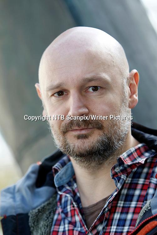 Oslo  20100310.<br /> Manusforfatter Erlend Loe til filmen &quot;En vanlig dag p&Acirc; jobben&quot; under pressevisningen p&Acirc; Vika kino i Oslo onsdag.<br /> Foto: Lise &asymp;serud / Scanpix<br /> <br /> NTB Scanpix/Writer Pictures<br /> <br /> WORLD RIGHTS, DIRECT SALES ONLY, NO AGENCY