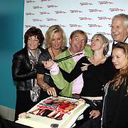 NLD/Schiphol/20081001 -  Perspresentatie Boeing Boeing, cast snijd de taart aan, Irene Kuiper, Dominique van Vliet, Jon van Eerd, Lone van Roosendaal, Wilbert Gieske, Camilla Siegertsz