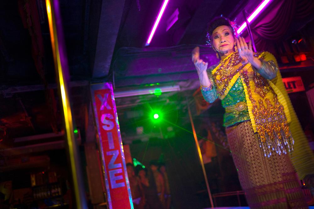 Bangkok November 19, 2013<br /> Nong is 77 years old, is the oldest Thai Ladyboy in Thailand. He received the MissLadyboys.com award for oldest Thai LadyboyBangkok 19 novembre 2013<br /> Nong a 77 ans, c'est le plus vieux Ladyboy thaïlandais de Thaïlande. Il a reçu le prix MissLadyboys.com pour la plus vieille Ladyboy thaïlandaise.