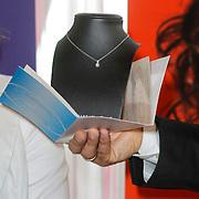 NLD/Ridderkerk/20120911 - Presentatie magazine Helden, de briljanten hanger die de dames krijgen