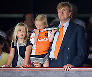 29-08-2009: hockey: Nederland - Duitsland: Amstelveen<br /> dames Europees Kampioenschap: kroonprins Willem-Alexander van Oranje en zijn kinderen Amalia (L) en Alexia (M)<br /> foto: Joep Leenen Sportfotografie