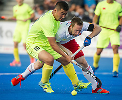 England's Barry Middleton battles with Liguang E of China. England v China - Hockey World League Semi Final, Lee Valley Hockey and Tennis Centre, London, United Kingdom on 15 June 2017. Photo: Simon Parker