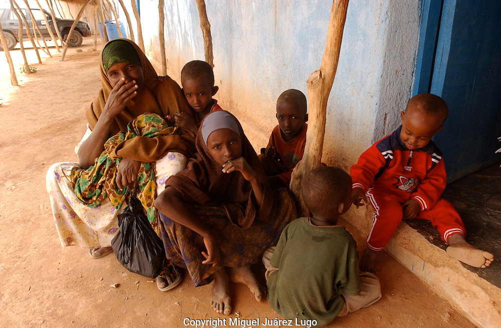 A family waits for help in a health clinic run by World Food Programme, in El Barde, north Somalia wich is suffreing a severe   drought for years now.     (PHOTO: MIGUEL JUAREZ LUGO)