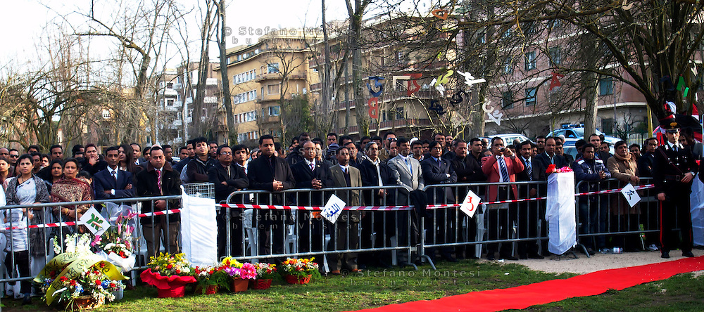 Roma 18 Febbraio 2011.Il ministro dgli Esteri del Bangaladesh Signora Dipu Moni, inaugura  a  Largo Bangladesh il monumento Shaheed Minar  che è monumento nazionale  in Bangladesh, realizzato per commemorare i martiri che il 21 Febbraio 1952 a Dhaka in Bangladesh si sono battuti per la causa della lingua madre,il bangla, e per serbare la loro distintiva identità culturale. (Shaheed significa martire)..Rome 18 February 2011.The Minister of Foreign Affairs of Bangaladesh Lady Dipu Moni, inaugurated in Largo Bangladesh, the Shaheed Minar monument, which is a national monument in Bangladesh, created to commemorate the martyrs February 21, 1952, in Dhaka in Bangladesh, have fought for the cause of mother tongue, Bangla, and to preserve their distinctive cultural identity. (Shaheed means martyr).