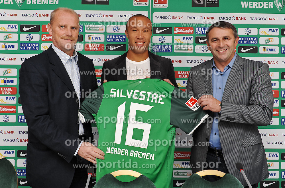 30.08.2010, Weserstadion, Bremen, GER, 1. FBL, Werder Bremen - Vorstellung Mikaël Silvestre, im Bild Thomas Schaaf (Trainer Werder Bremen, links), Mikaël Silvestre (Bremen #16, Mitte), Klaus Allofs (rechts)   EXPA Pictures © 2010, PhotoCredit: EXPA/ nph/  Frisch+++++ ATTENTION - OUT OF GER +++++ / SPORTIDA PHOTO AGENCY
