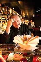 l'Atelier de Joel Robuchon: Chef Robuchon with customers
