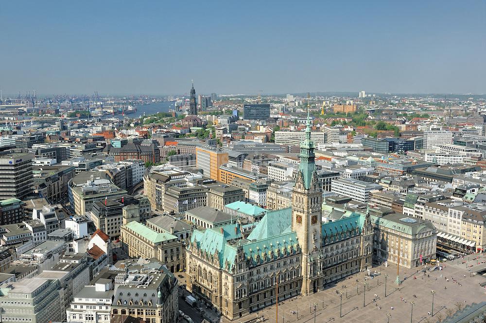 Blick über Hamburg mit Rathaus, Michel und die Elbe mit  Hafen.