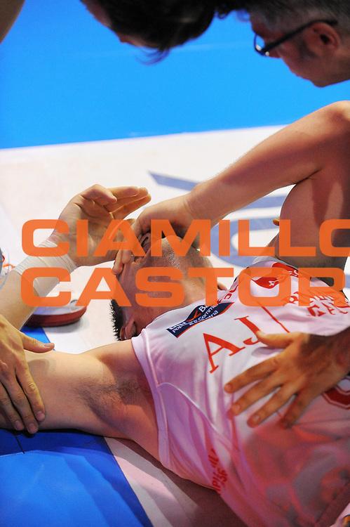 DESCRIZIONE : Milano Lega A 2010-11 Armani Jeans Milano Vanoli Braga Cremona<br /> GIOCATORE : Jonas Maciulis<br /> SQUADRA : Armani Jeans Milano<br /> EVENTO : Campionato Lega A 2010-2011<br /> GARA : Armani Jeans Milano Vanoli Braga Cremona<br /> DATA : 12/05/2011<br /> CATEGORIA : Ritratto Cuiosita Infortunio<br /> SPORT : Pallacanestro<br /> AUTORE : Agenzia Ciamillo-Castoria/A.Dealberto<br /> Galleria : Lega Basket A 2010-2011<br /> Fotonotizia : Milano Lega A 2010-11 Armani Jeans Milano Vanoli Braga Cremona<br /> Predefinita :