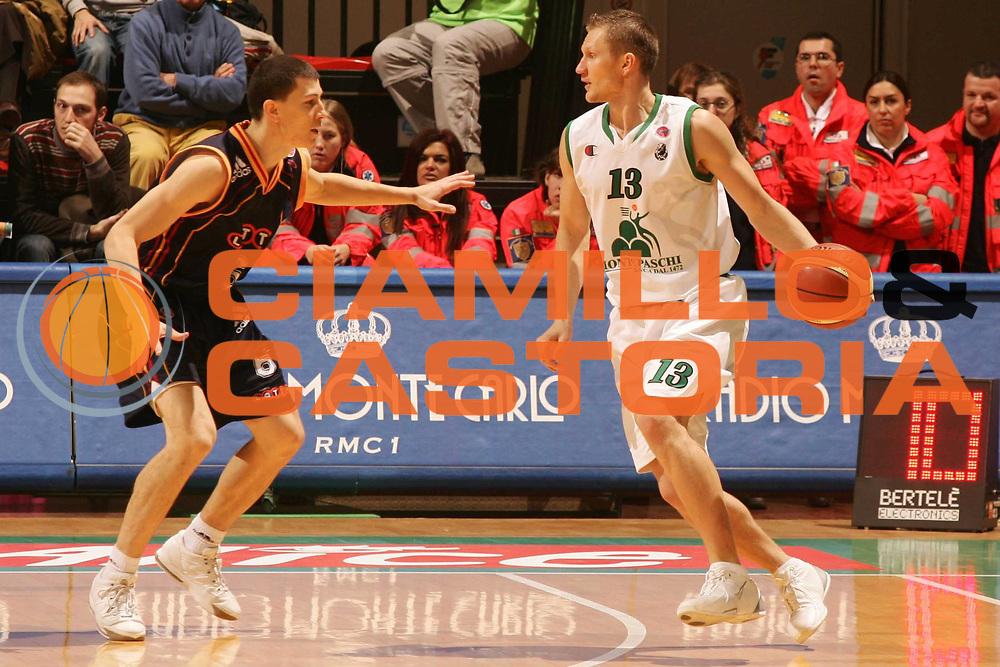 DESCRIZIONE : Siena Lega A1 2006-07 Montepaschi Siena Lottomatica Virtus Roma <br /> GIOCATORE : Kaukenas <br /> SQUADRA : Montepaschi Siena <br /> EVENTO : Campionato Lega A1 2006-2007 <br /> GARA : Montepaschi Siena Lottomatica Virtus Roma <br /> DATA : 05/11/2006 <br /> CATEGORIA : Palleggio <br /> SPORT : Pallacanestro <br /> AUTORE : Agenzia Ciamillo-Castoria/P.Lazzeroni