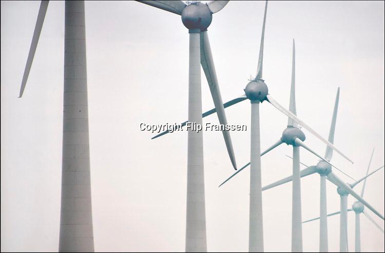 Nederland, the Netherlands, 18-4-2016NOP Agrowind, energiebedrijf RWE Essent en Westermeerwind bouwen een windpark op land en in het water van het IJsselmeer. De stroomproducent bouwt hier windmolens die 5 megawatt op land, en 3 megawatt op zee produceren. Siemens levert en installeert de turbines. FOTO: FLIP FRANSSEN