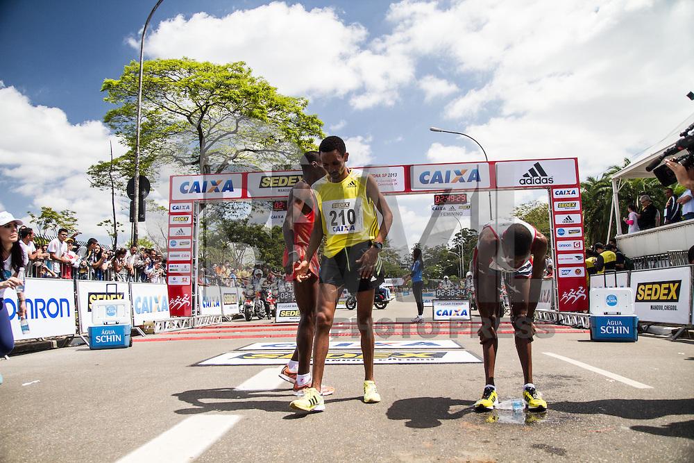 SÃO PAULO, SP - 06.10.2013 - XIX MARATONA DE SÃO PAULO - Chegada do Primeiro lugar da Elite masculina, o atleta Stanlei Kipchirchir Koech (208), o segundo lugar, Paul Koech Kimutai (206) e o terceiro lugar, Dereje Abera (210) , na XIX Maratona de São Paulo, que ocorre neste domingo (06), a maratona tem um percurso de 42km com sua largada e chegada no Parque do Ibirapuera, zona sul de São Paulo. (Foto: Marcelo Brammer/Brazil Photo Press)