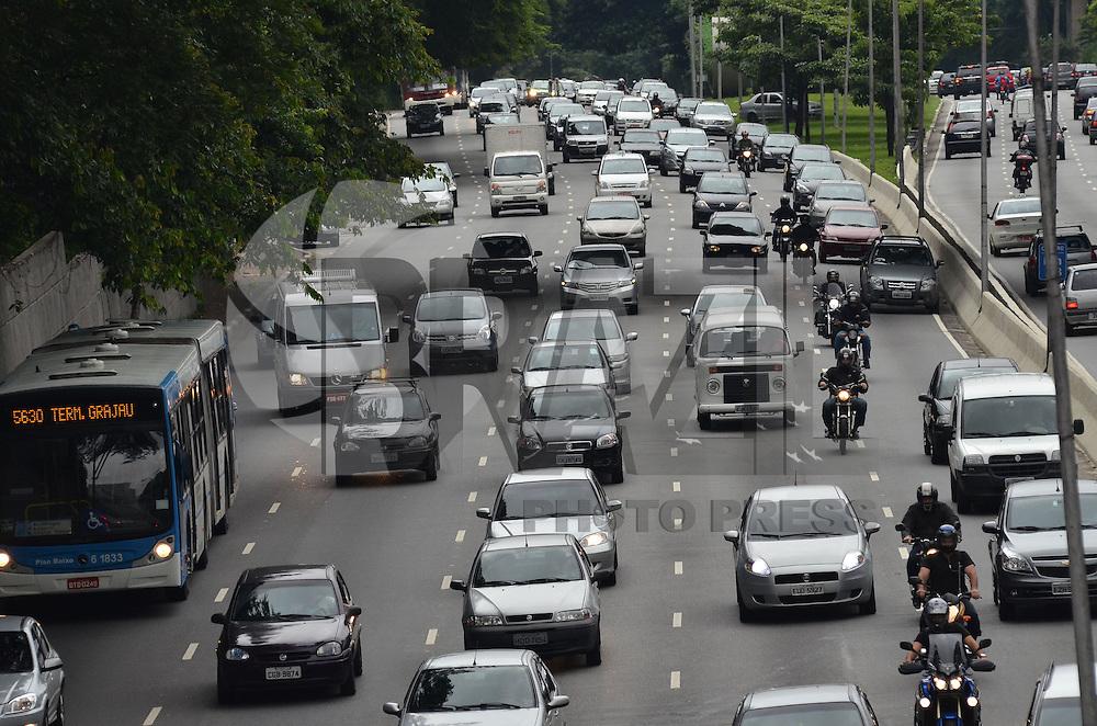 SAO PAULO, SP, 3 DE JANEIRO DE 2013. Transito intenso na Avenida 23 de maio, sentido bairro, regiao central da capital, na manha desta quinta feira, 3. (FOTO: ALEXANDRE MOREIRA / BRAZIL PHOTO PRESS).