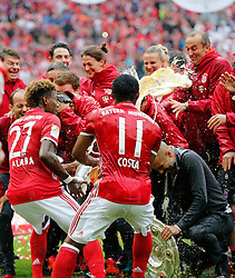 14.05.2016, Allianz Arena, Muenchen, GER, 1. FBL, FC Bayern Muenchen vs Hannover 96, 34. Runde, im Bild David Alba und Douglas Costa schütten Weißbier auf ihren Trainer Pep Guardiola // during the German Bundesliga 34th round match between FC Bayern Munich and Hannover 96 at the Allianz Arena in Muenchen, Germany on 2016/05/14. EXPA Pictures © 2016, PhotoCredit: EXPA/ SM<br /> <br /> *****ATTENTION - OUT of GER*****
