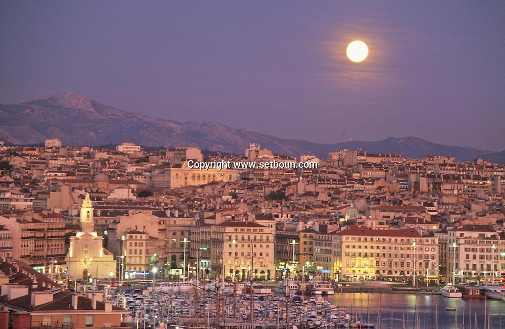 VIEW FROM THE KING RENE TOWER ON THE OLD PORT QAUYS  Marseille  France  ///LES QUAIS DU VIEUX PORT. VUE DEPUIS LA TOUR DU ROI RENE SUR   Marseille  France  //    L0008269  /  R20711  /  P115621