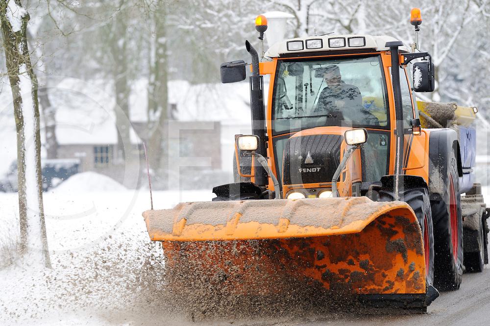 VILSTEREN - Sneeuwoverlast..Foto: Sneeuwruimen,..FFU PRESS AGENCY COPYRIGHT FRANK UIJLENBROEK.